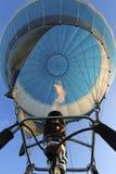 在空充满的气球和一个煤气喷燃器的底视图有冷杉的 库存图片