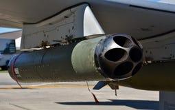在空军队A-29战斗机的火箭发射器荚 库存图片