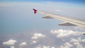 在空气和云彩运动的平面飞行 股票录像