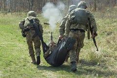 在空气的受伤的军事战士射击 免版税库存图片