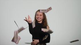 在空气的投掷的金钱钞票在白色背景 可爱的富有的宣扬享用的妇女投掷的金钱 股票录像