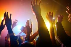 在空气的挥动的手在音乐家期间表现  免版税图库摄影