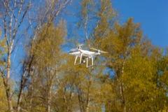 在空气的白色quadcopter蒸汽 图库摄影