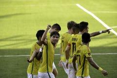 在空气的目标拳头庆祝- Kaya对公马-马尼拉橄榄球团结的同盟菲律宾 免版税库存照片