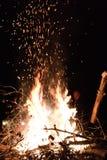 在空气的篝火炭烬 免版税库存图片