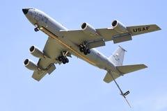 在空气的美国空军队军事换装燃料 免版税库存照片