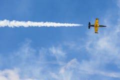 在空气的航空L-159美国皮革化学家协会在航空体育比赛期间致力DOSAAF第80周年  库存照片