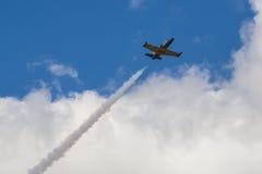 在空气的航空L-159美国皮革化学家协会在航空体育比赛期间致力DOSAAF第80周年  免版税图库摄影