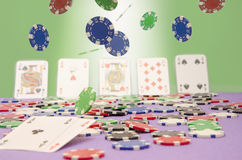 在空气赢取的纸牌筹码 免版税库存图片