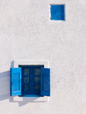 在空白墙壁上的蓝色视窗 库存照片