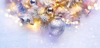 在空白木背景的圣诞节装饰 边界艺术设计 免版税库存图片