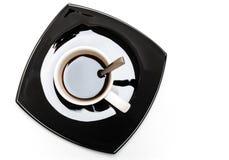 在空白杯子的咖啡在黑色茶碟 免版税库存照片