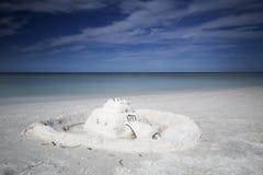 在空白沙子海滩的沙子城堡 库存图片