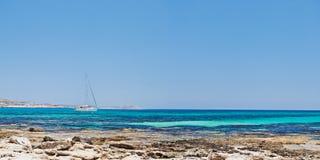 在空白游艇附近的海湾海岸塞浦路斯 免版税库存照片
