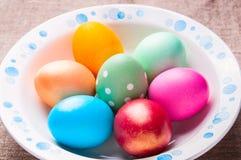 在空白牌照的五颜六色的复活节彩蛋 免版税库存图片