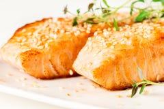 在空白牌照的烤三文鱼 图库摄影