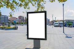 在空白的区域附近删去一个垂直的海报广告牌-包括裁减路线 免版税库存图片