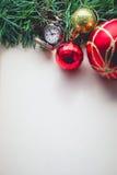 在空白的圣诞节绿草和怀表 免版税库存图片