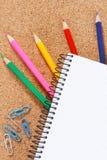在空白的笔记本下的颜色铅笔 免版税库存图片