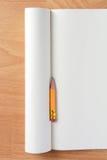 在空白的笔记本的铅笔残余部分 免版税库存图片