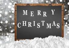 在空白的黑板的圣诞快乐有blurr森林和雪的 免版税库存照片