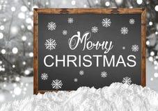 在空白的黑板的圣诞快乐有blurr森林和雪的 库存图片