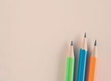 在空白的book's纸的五颜六色的铅笔 免版税库存照片