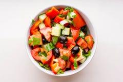 在空白碗的新鲜蔬菜沙拉 免版税图库摄影