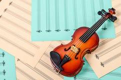 在空白纸笔记的小提琴 免版税库存图片