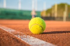 在空白线路的网球在一个晴天 库存图片