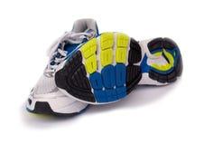 在空白背景查出的体育运动跑鞋 免版税库存照片