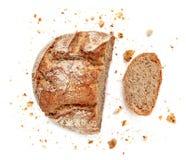 在空白背景查出的切的面包 紧密面包屑和新鲜面包切片 面包店,食物概念 顶视图 免版税库存照片