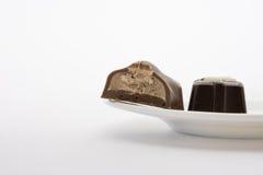 在空白背景查出的巧克力糖 关闭 库存图片