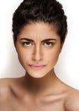 在空白背景查出的新白种人女性美丽的特写镜头纵向。 新自然构成,大棕色眼睛,长的鞭子 免版税库存图片