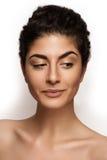 在空白背景查出的新白种人女性美丽的特写镜头纵向。 新自然构成,大棕色眼睛,长的鞭子 库存图片