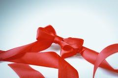 在空白背景查出的红色丝带弓 库存照片