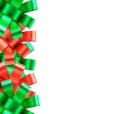 在空白背景查出的红色和绿色丝带框架 免版税库存照片