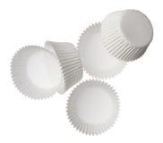 在空白背景查出的纸松饼杯子 免版税库存图片