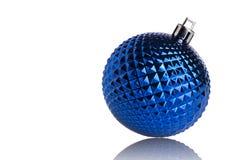 在空白背景查出的蓝色圣诞节球 库存照片