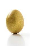 在空白背景查出的金黄鸡蛋 库存照片