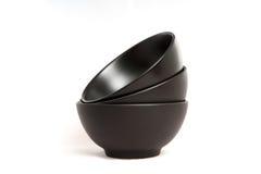 在空白背景的三个黑色碗 库存照片