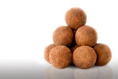 在空白背景的块菌状巧克力 免版税库存照片