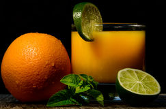 在空白背景的果子cocktail.isolated 库存照片