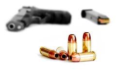 在空白背景的枪和项目符号 图库摄影