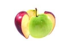 在空白背景的绿色和红色苹果中断 免版税库存照片