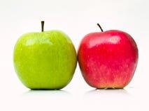 在空白背景的绿色和红色苹果 库存图片