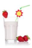 在空白背景的草莓鸡尾酒 免版税库存照片
