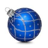 在空白背景的蓝色圣诞节球 库存照片