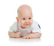 在空白背景的逗人喜爱的爬行的男婴 免版税库存照片