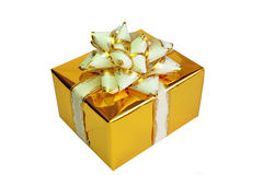 在空白背景的金黄礼物盒。 免版税库存图片